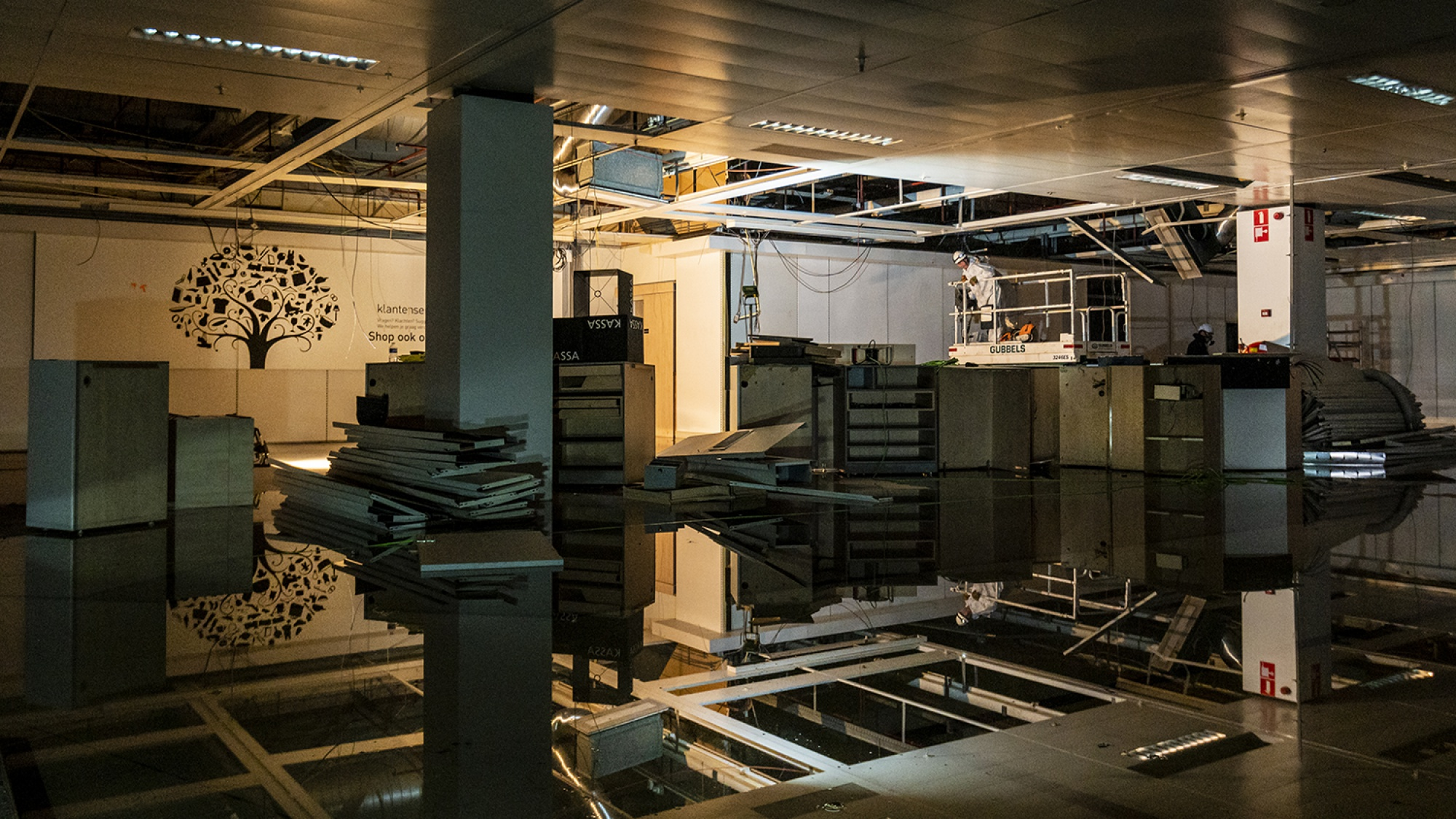 De kelder van het voormalige V&D-pand die vol staat met archiefkasten en water