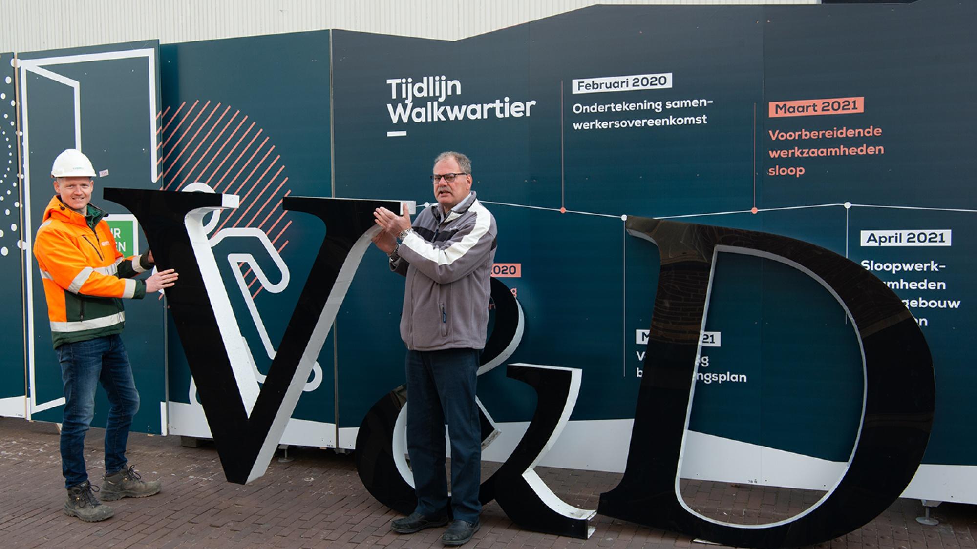 De man van Gubbels en de man die het V&D Logo heeft ontvangen