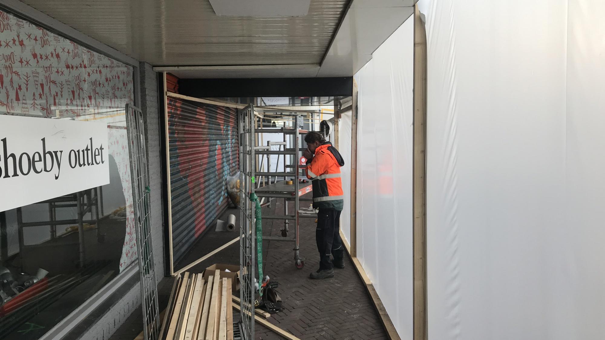 Een bouwvakker die zijn handen aan het opwarmen is tijdens het werken door