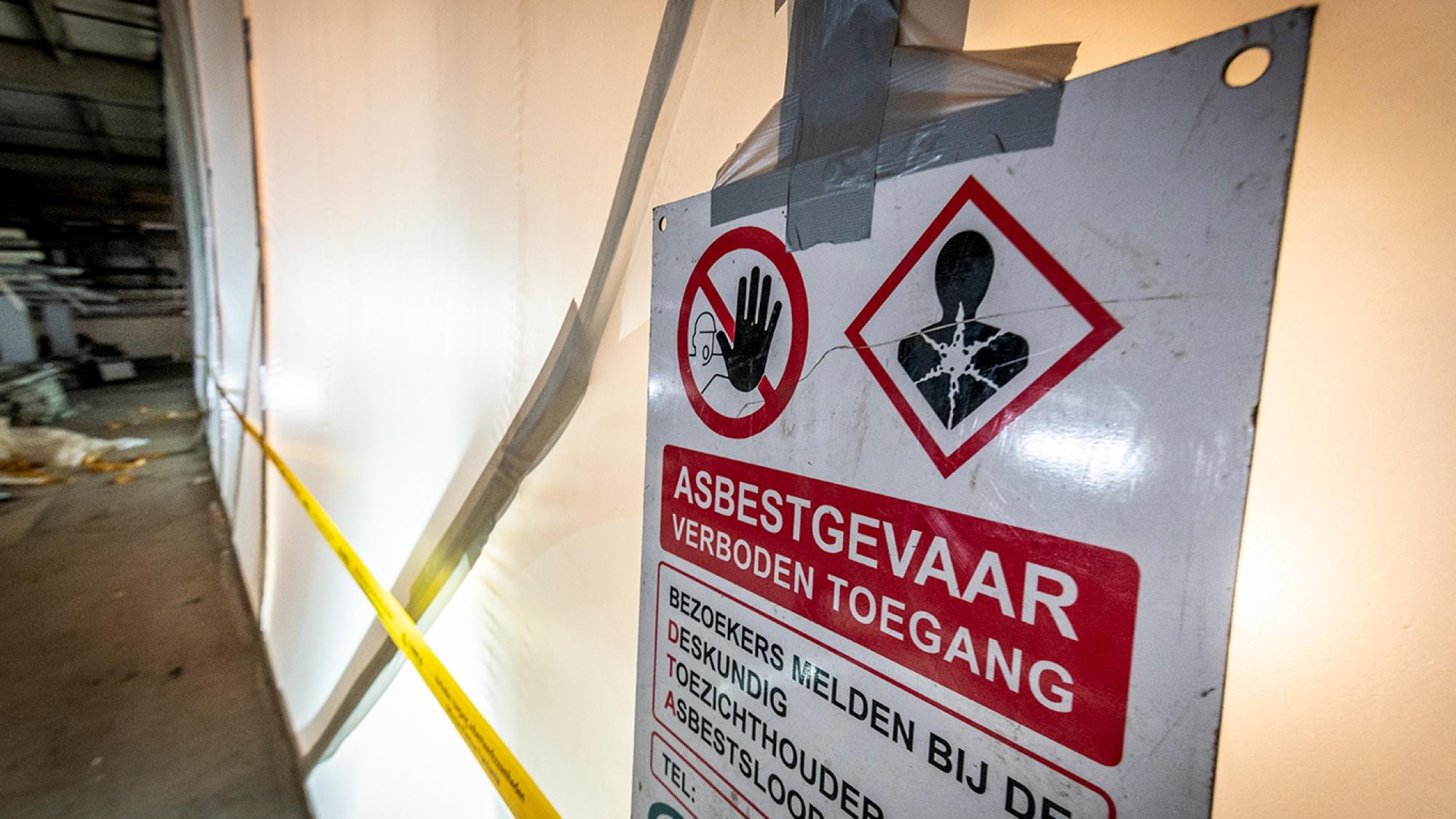 Foto van het bordje dat er asbestgevaar is