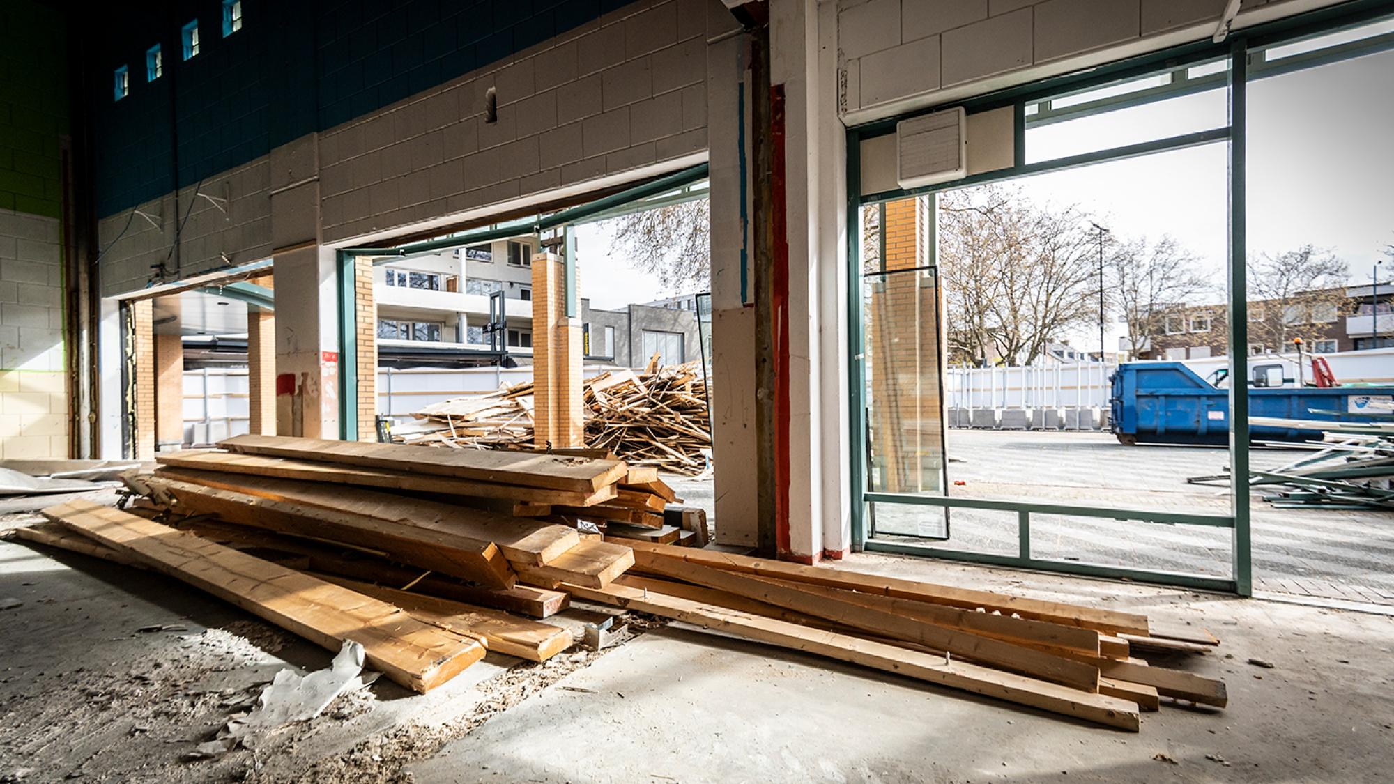 Foto van heel veel hout en een container
