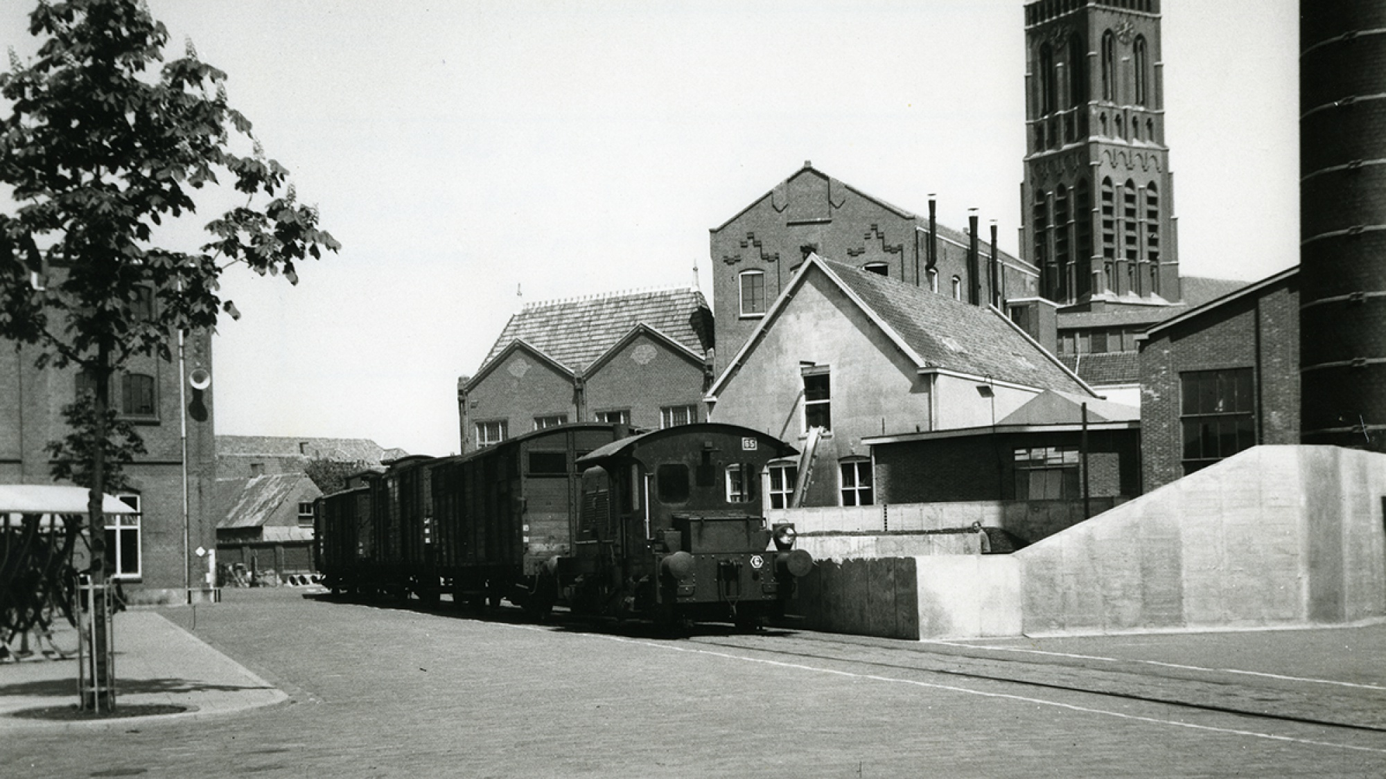 Fabrieksterrein binnenplaats, naast Grote Kerk, Oss
