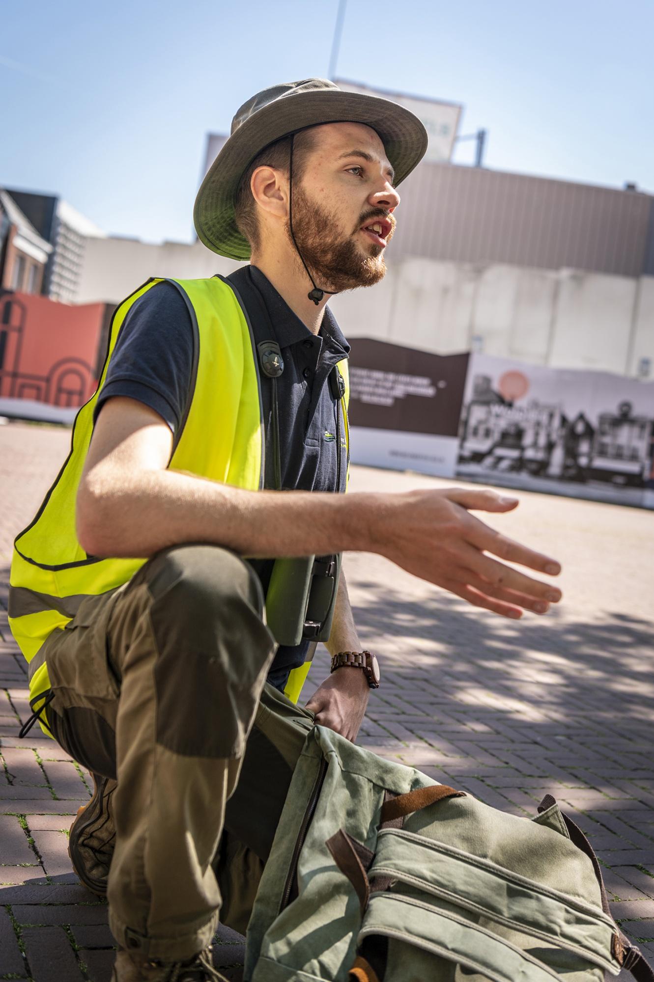 Junior ecoloog Ruben van Laar voor het oude V&D gebouw