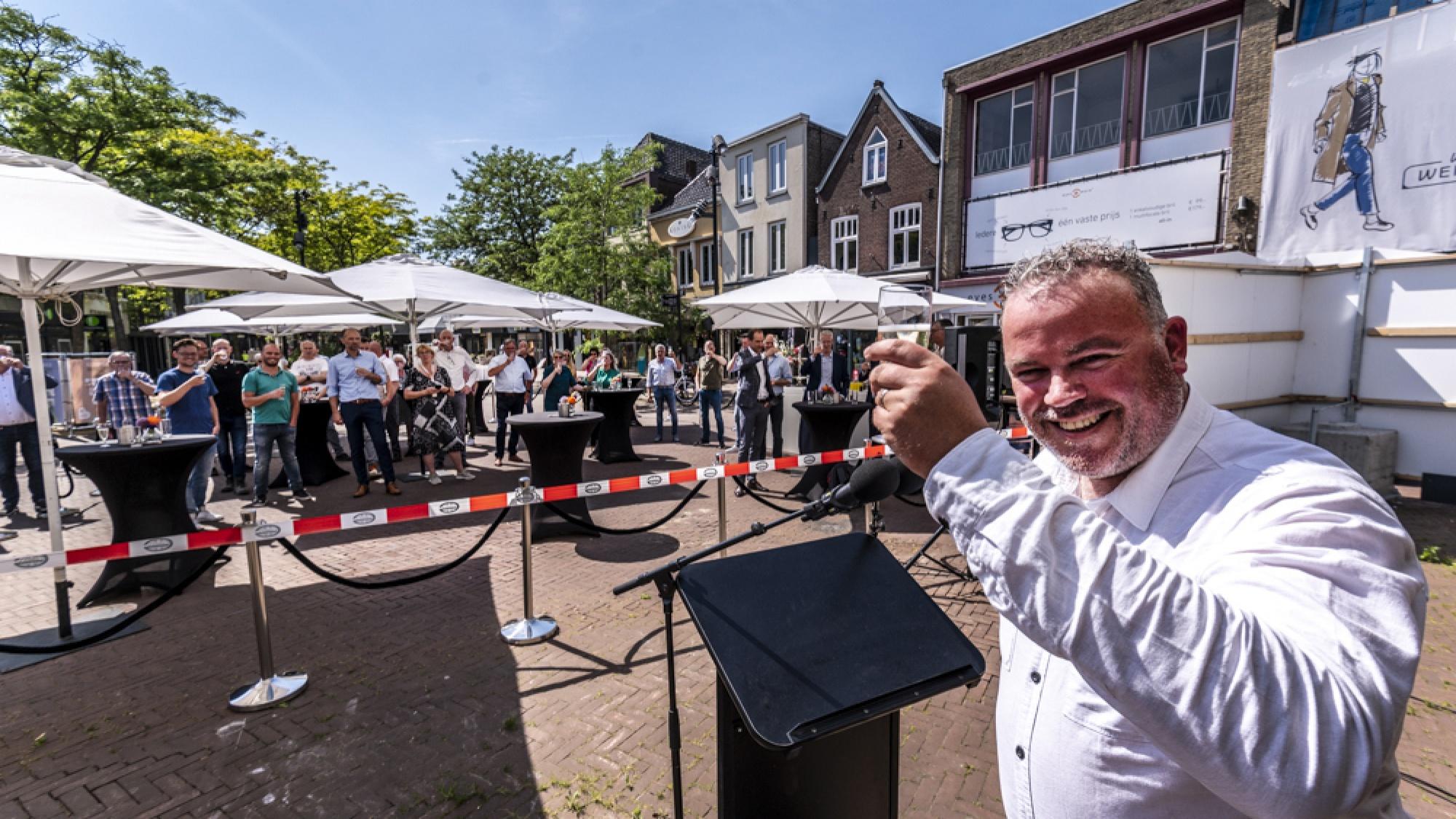Wethouder Frank den Brok met een toast