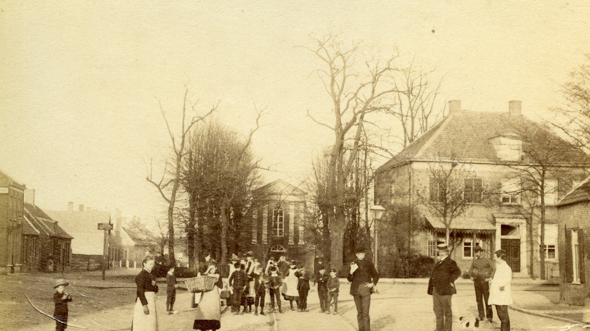 Walplein in 1892 gezien richting oosten. Prot. kerk en pastorie (nu V&D), rails 'Vuurloze' rechts uit Molenstraat