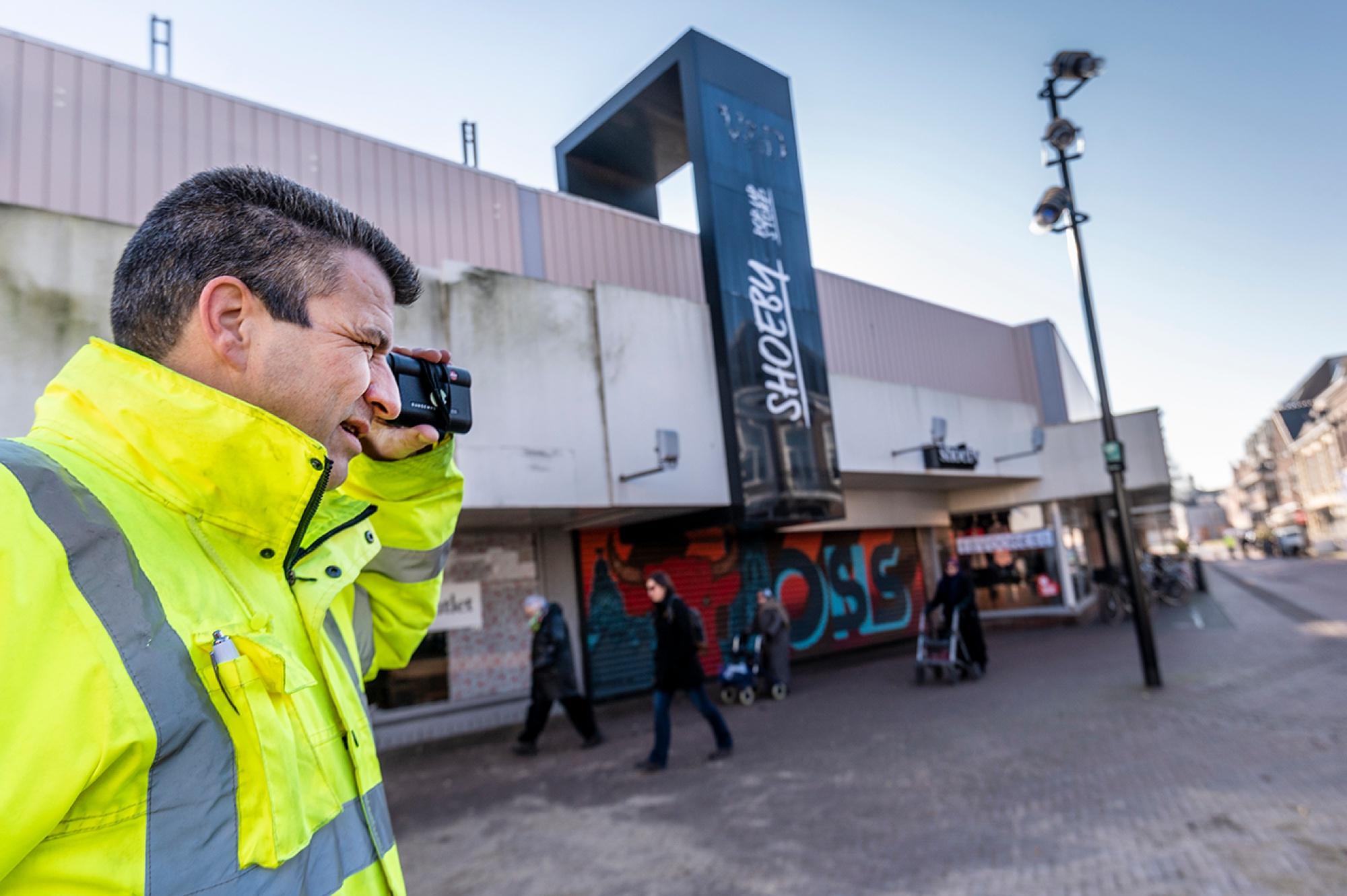 Bas Timmers in actie rondom de bouwplaats