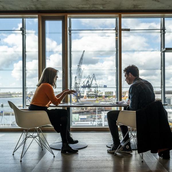 Liesbeth van der Pol & Patrick Cannon van Dok Architecten aan het werk aan de ontwerptafel