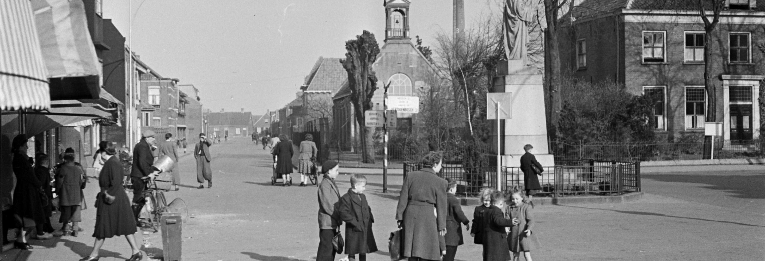 Walstraat in 1949, gezien vanaf Walplein, met port. kerkje en Heilig Hartbeeld