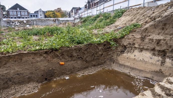 Een diep gegraven gat in de grond.