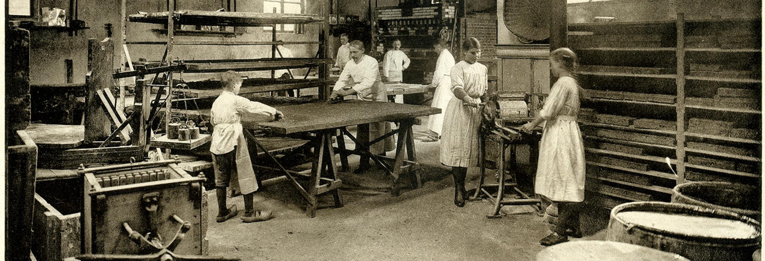 Werknemers aan het werk in de koekfabriek De Ster